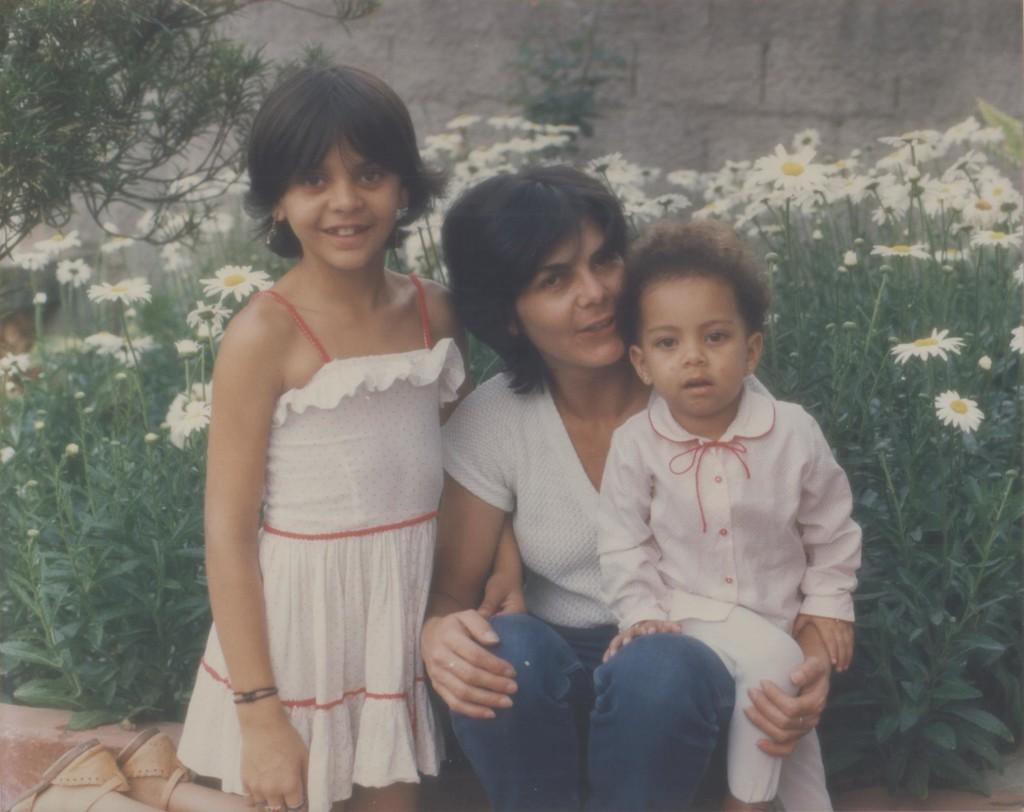 3 ou 4 anos de idade com a minhã mãe e minha irmã