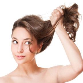 puxando cabelo
